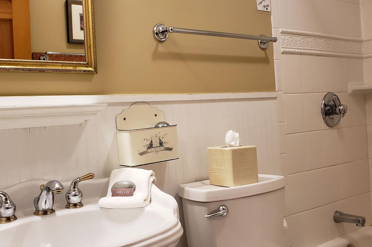 Bathroom Room 11 | AlbergoAllegriaHotelandbreakfastrestaurant | Windham NY