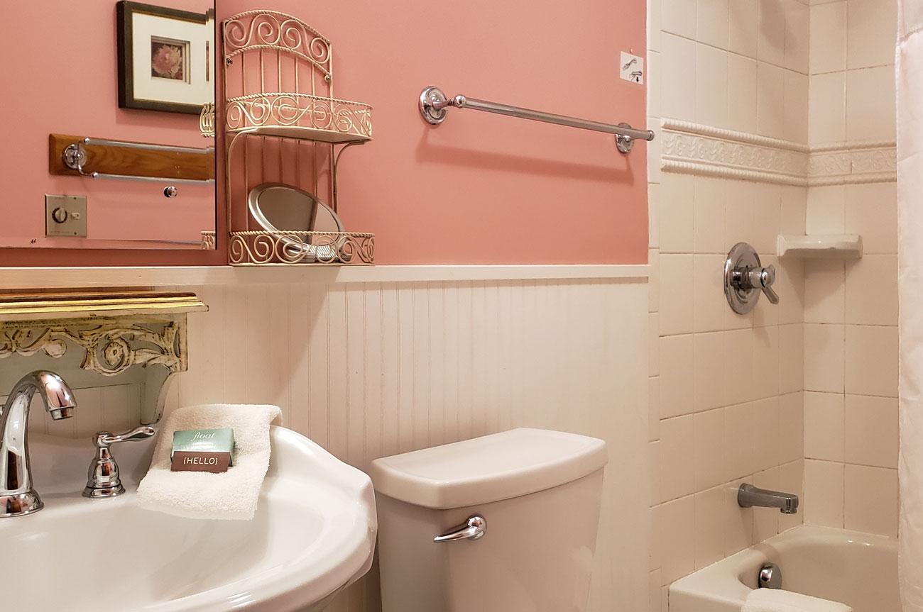Bathroom Room 16 | AlbergoAllegriaHotelandbreakfastrestaurant | Windham NY