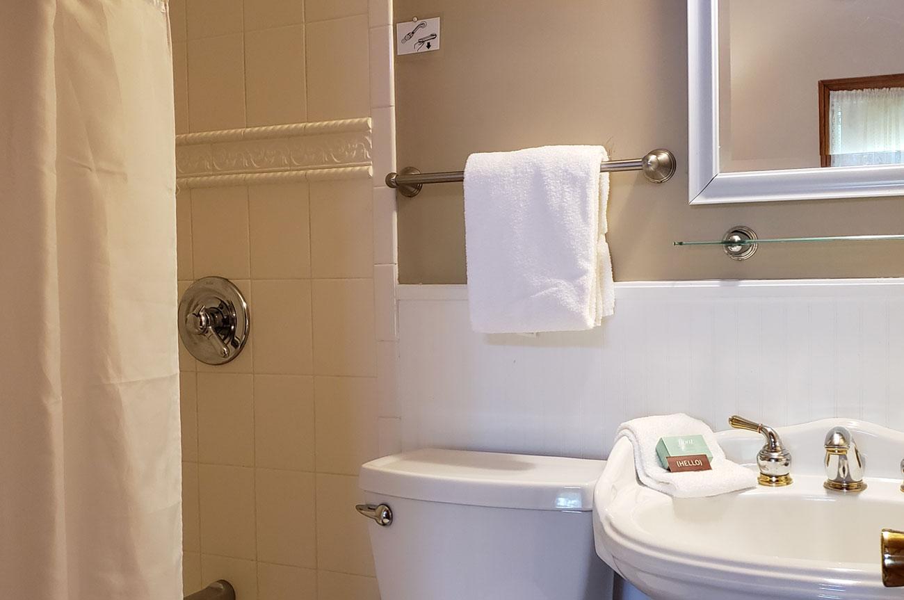 Bathroom Room 6 | AlbergoAllegriaHotelandbreakfastrestaurant | Windham NY