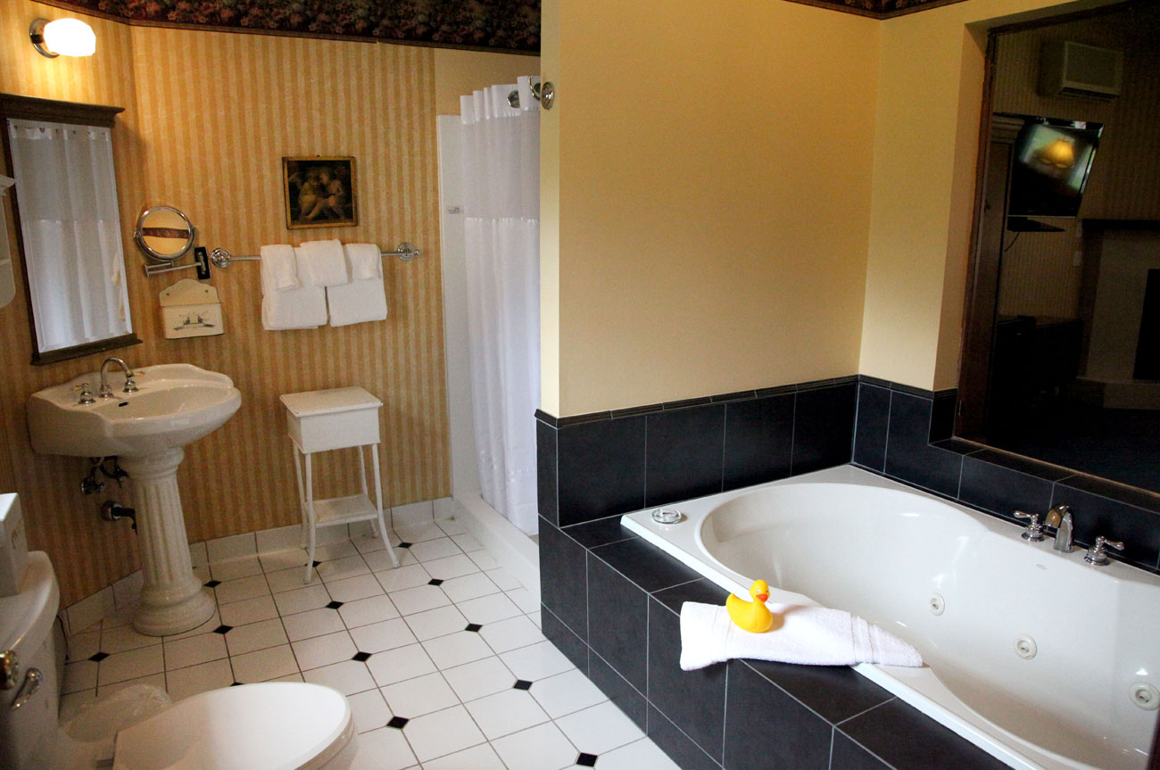 Bathroom Room 18 | AlbergoAllegriaHotelandbreakfastrestaurant | Windham NY