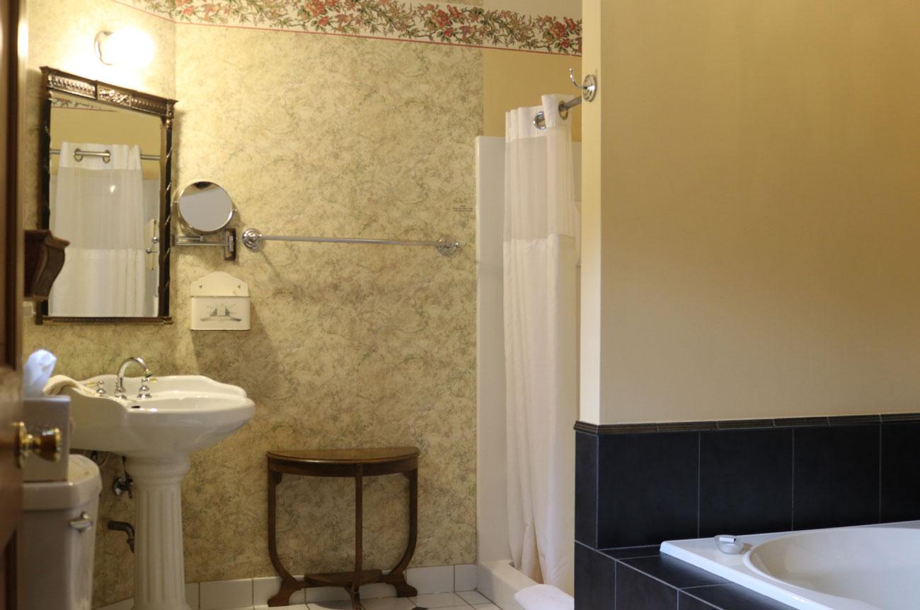 Bathroom Room 20 | AlbergoAllegriaHotelandbreakfastrestaurant | Windham NY