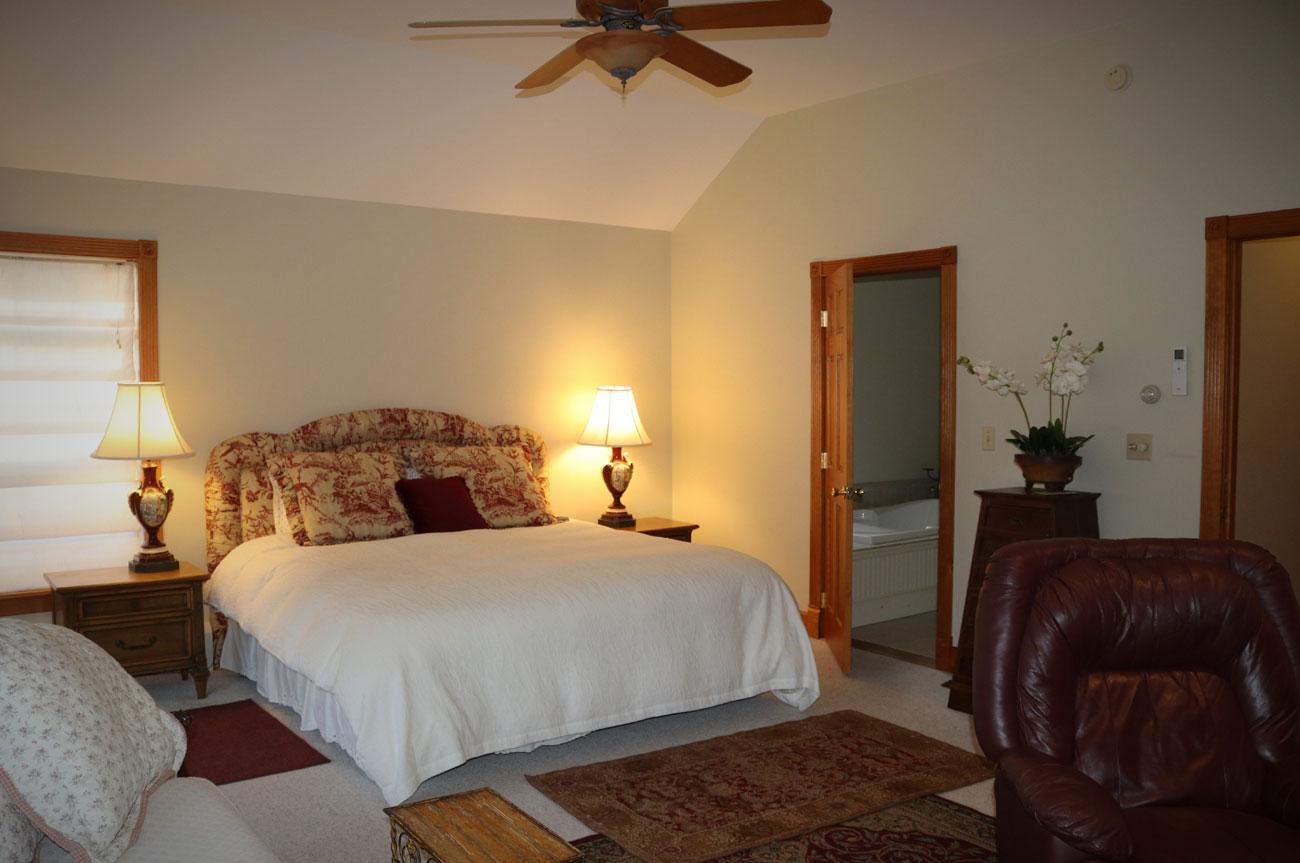 Batavia Main Bed Full View | AlbergoAllegria Bed & Breakfast | Catskills, NY